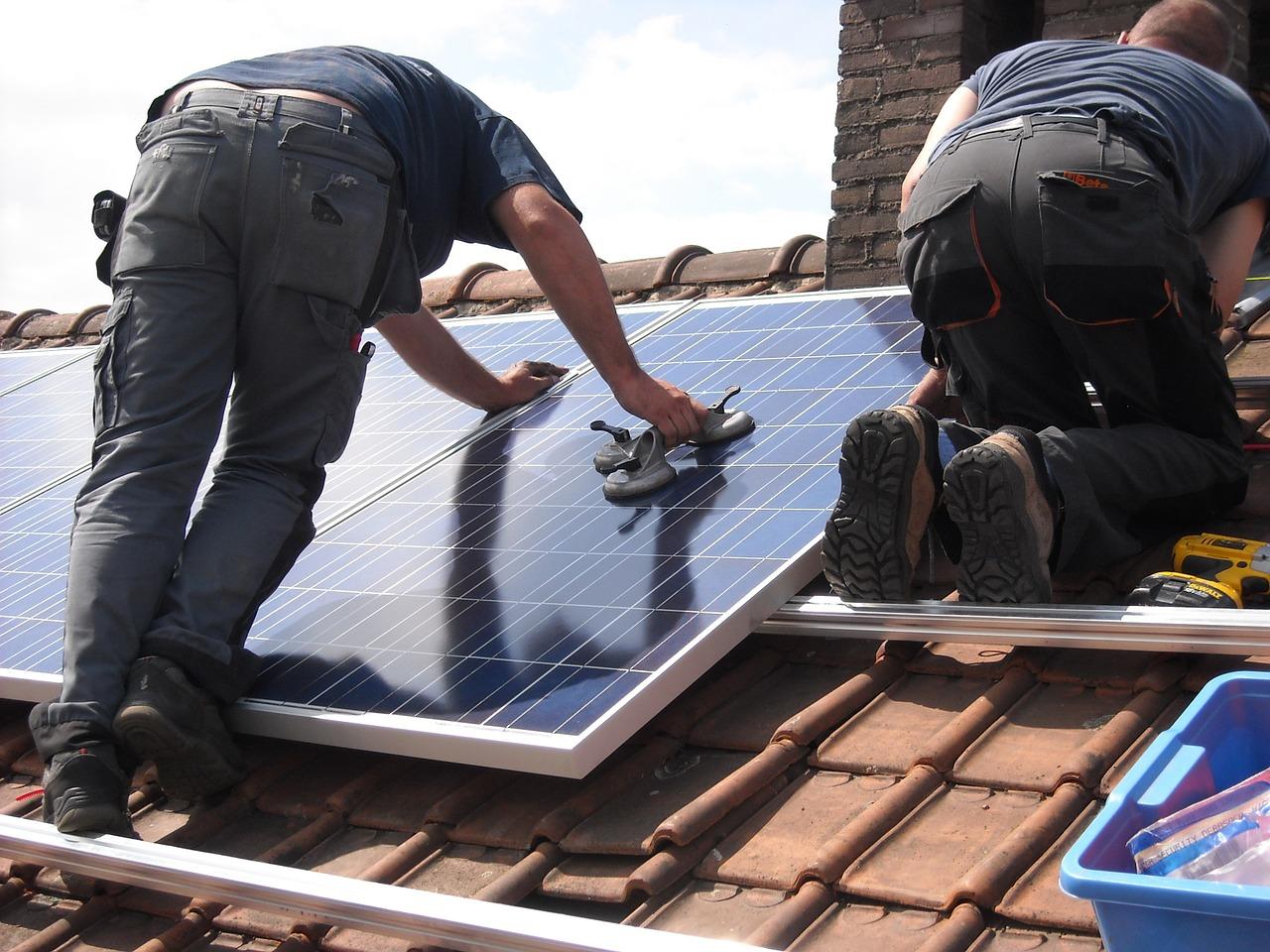Ein Solarpanel wird auf einem Dach montiert. | Foto Maria Godfrida / Pixabay
