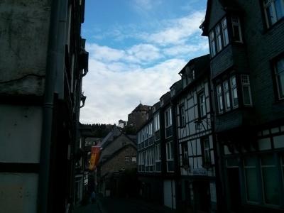 Blauer Himmel über Monschau.