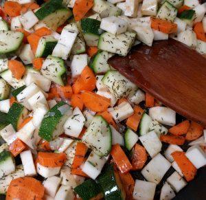 Gemüse für die Auberginenfüllung