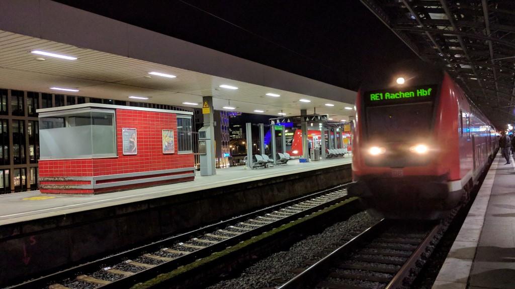 RE 1 fährt in Köln Hbf, Gleis 9, ein.