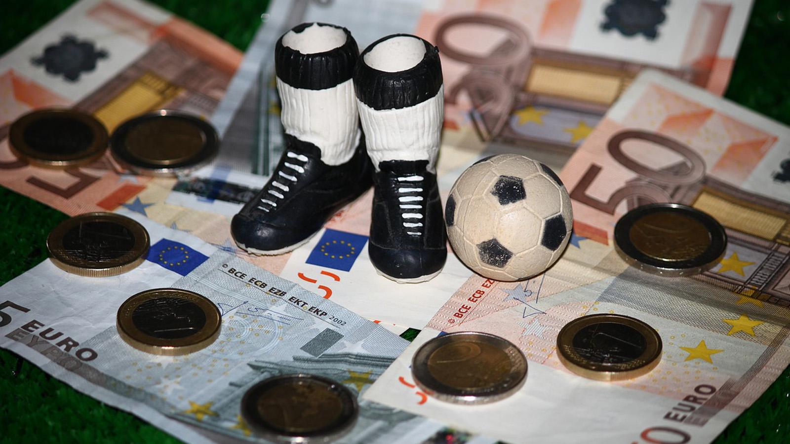 Saisonspende: Fußball und Geld | Foto: DS-Foto / Pixabay