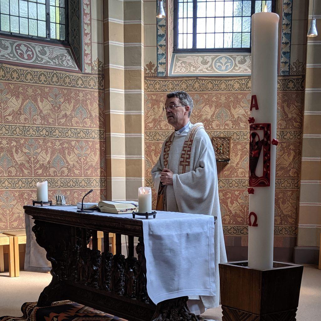 Was Offizielles: missio-Präsident Prälat Dr. Klaus Krämer verabschiedet sich von uns Mitarbeiter*innen. Teil 1: Gottesdienst in der Haus-Kapelle.
